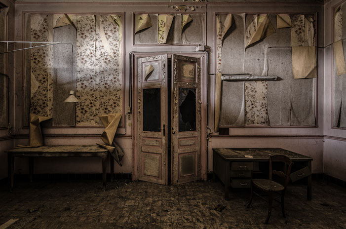 Peeling Paint & Curly Wallpaper | Hans van Vrouwerf
